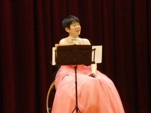 熱唱する講師 青野浩美さん