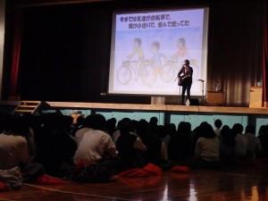 歌「5段変速の自転車」熱唱する講師 松本 隆博さん