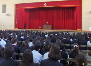講師 朴 一(パク・イル)さんの講演を熱心に聴講する生徒たち