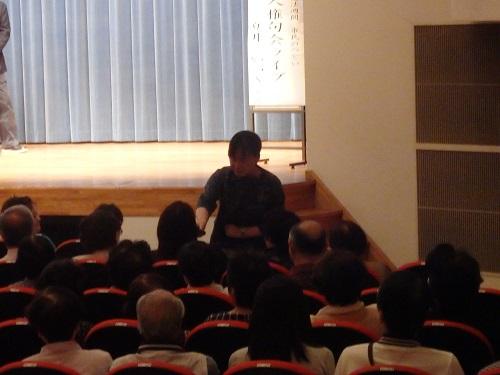 客席を廻っていろんな方に感想を求める夏井先生